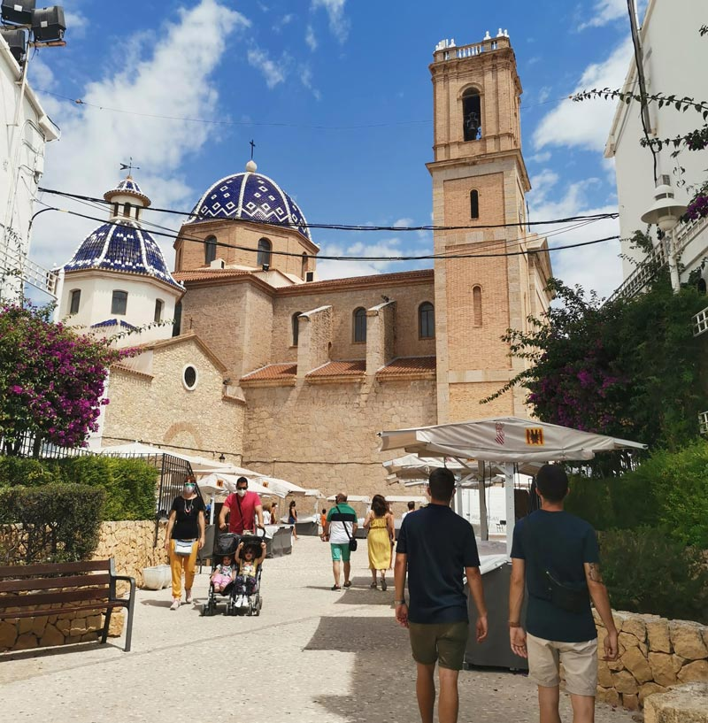 Rent a car en Alicante para conocer la iglesia y plaza de Altea