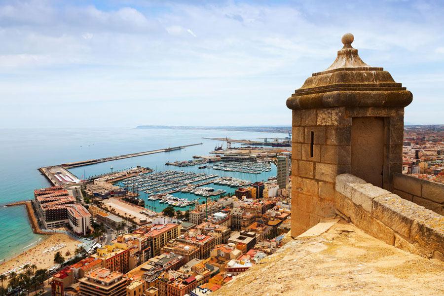 Visita el castillo de Santa Bárbara de Alicante con tu coche de alquiler