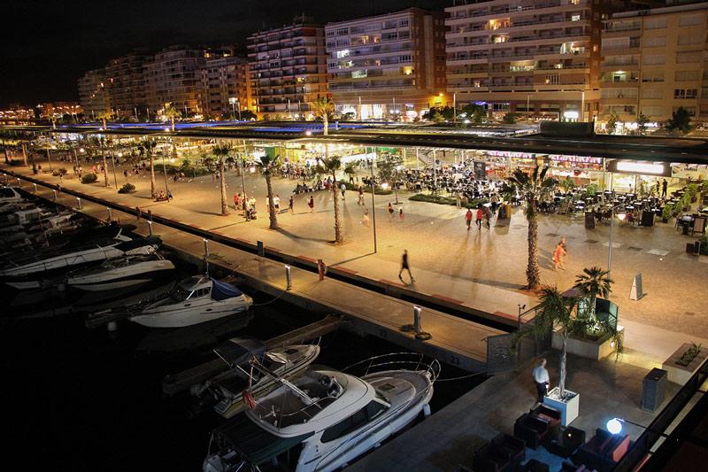Ves con tu coche de alquiler al paseo del puerto de Santa Pola y disfruta de la buena gastronomía