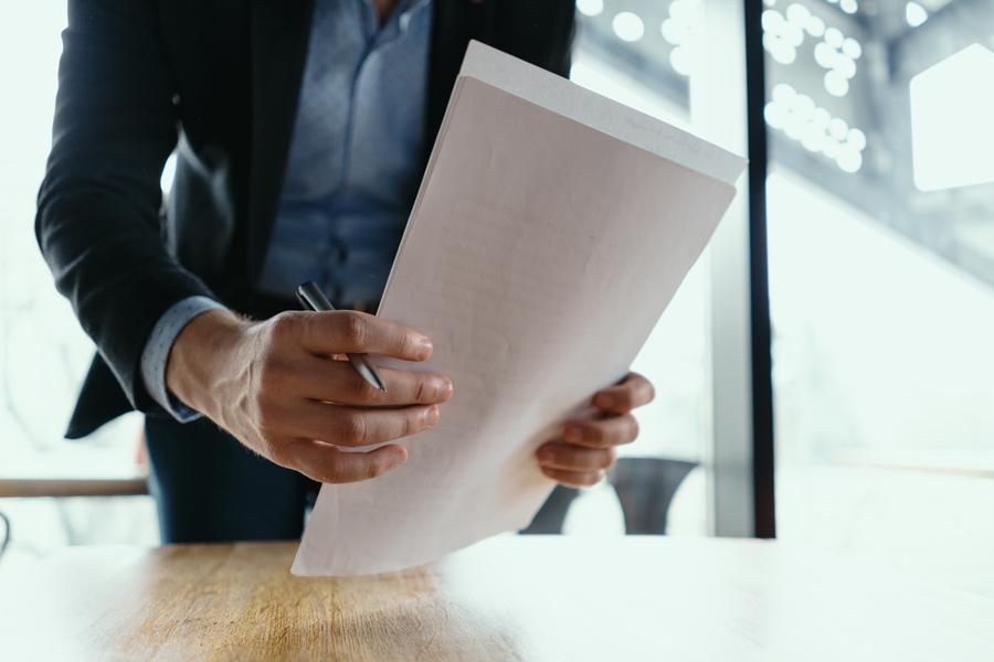 Firma del contrato de alquiler de coches de larga duración